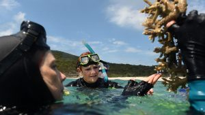 One Nation Senators Pauline Hanson listens to marine scientist Dr Alison Jones on the Great Barrier Reef off Great Keppel Island, Queensland, Nov. 25, 2016. (AAP)